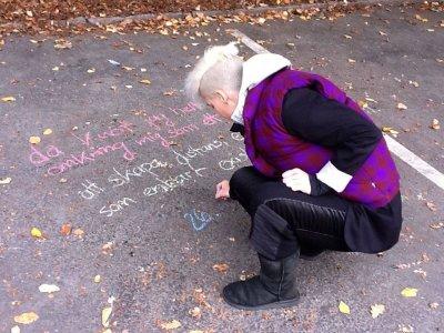 Daniela Seel skriver gatupoesi på Bokmässan i Göteborg